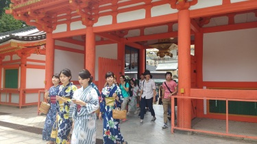 A lot of people wore yukata in the historic parts of Kyoto. It was more common for women than for men. I still wish I had brought my yukatta. I totally would have worn it.